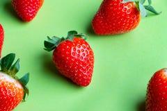 Hög av nya jordgubbar på ljust - grön bakgrund arkivfoton