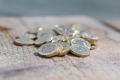 Hög av nya mynt för brittiskt pund Arkivbild