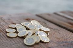 Hög av nya mynt för brittiskt pund Royaltyfri Bild