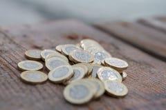 Hög av nya mynt för brittiskt pund Arkivfoto