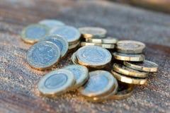 Hög av nya mynt för brittiskt pund Royaltyfria Bilder
