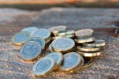 Hög av nya mynt för brittiskt pund Royaltyfri Foto