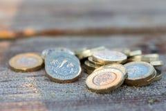 Hög av nya mynt för brittiskt pund royaltyfri fotografi