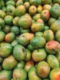 Hög av nya organiska gröna och gula mango Royaltyfri Bild