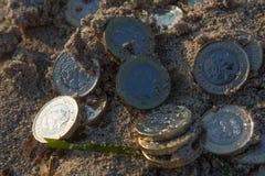 Hög av nya pundmynt Arkivfoto