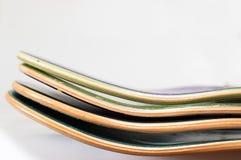 Hög av nya träskateboarddäck Arkivbild