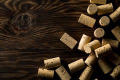 Hög av oanvänt som är ny, naturliga vinkorkar för brunt på träbräde, f Arkivbilder