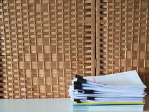 Hög av oavslutade dokument på kontorsskrivbordet arkivfoton