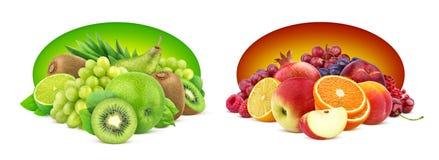 Hög av olika frukter och bär som isoleras på vit bakgrund royaltyfri fotografi