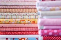 Hög av olika textiler royaltyfri fotografi