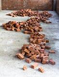 Hög av orange tegelstenar i konstruktionsplats på hem Royaltyfri Foto