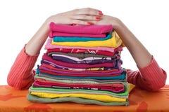 Hög av ordnad kläder Arkivfoton