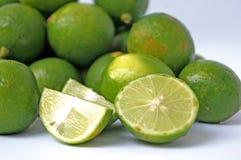 Hög av organiska limefrukter Arkivbild