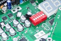Hög av PCBs och elektroniska delar Arkivfoto