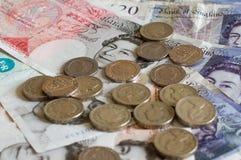 Hög av pengar och staplad gbp för ett pund sterling för brittiska pund för mynt Royaltyfri Foto