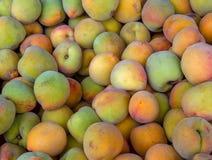 Hög av persikor i en marknad arkivfoton