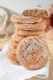 Hög av plant bröd som göras från rågmjöl Arkivbild