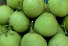 Hög av Pomelos i en bonde Market Arkivfoto