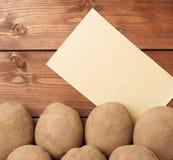 Hög av potatisar mot stycke av papper Royaltyfri Foto