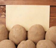 Hög av potatisar mot stycke av papper Fotografering för Bildbyråer