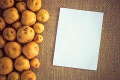 Hög av potatisar på säckvävsäcken Royaltyfria Bilder
