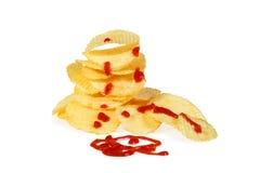 Hög av potatischiper med ketchup Arkivfoto