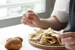 Hög av potatisPeels Arkivbild
