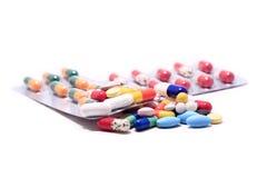 Hög av preventivpillerar och kapslar Arkivbild