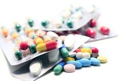 Hög av preventivpillerar och kapslar 1 royaltyfri foto