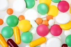 Hög av preventivpillerar på vit bakgrund Royaltyfri Bild