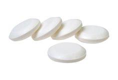 Hög av preventivpillerar som isoleras på vit bakgrund Arkivbild