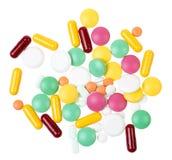 Hög av preventivpillerar som isoleras på vit bakgrund Arkivfoton