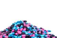 Hög av preventivpillerkapseln Arkivfoton