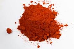 Hög av pulver för röd peppar som isoleras på vit bakgrund Royaltyfria Bilder