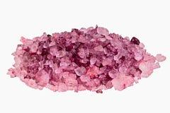 Hög av purpurfärgad badsalt Royaltyfri Foto