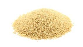 H?g av r? okokt couscous som roterar ?ver vitt lager videofilmer