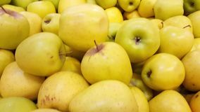 Hög av röda, gula och gröna äpplen, pannarörelse arkivfilmer