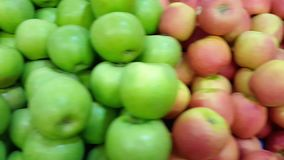 Hög av röda, gula och gröna aplles, pannarörelse stock video