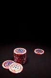 Hög av röda pokerchiper på svart bakgrund Royaltyfri Fotografi