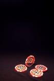 Hög av röda pokerchiper på svart bakgrund Royaltyfria Bilder