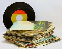 Hög av 45 r/minvinylrekord Royaltyfri Fotografi