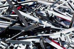 Hög av restmetall som lagras för återanvändning arkivbild