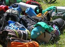 Hög av ryggsäckar av Scouts under en utfärd i naturPA Royaltyfri Bild