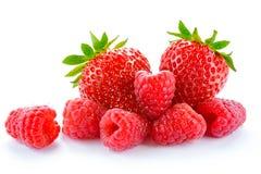 Hög av söta jordgubbar och saftiga hallon på vit bakgrund Sunt matbegrepp för sommar Royaltyfri Foto