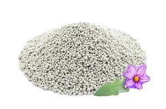 Hög av sammansatta mineraliska gödningsmedel med bladet och blomman, isolator Fotografering för Bildbyråer