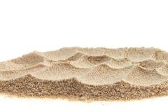 Hög av sand som isoleras på vit bakgrund arkivbilder