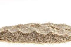 Hög av sand som isoleras på vit bakgrund arkivbild