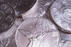 Hög av silver Libertad Coins Royaltyfri Bild