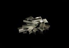 Hög av silver Staples Arkivfoton