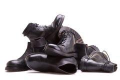 Hög av skor på en vit bakgrund Royaltyfria Bilder